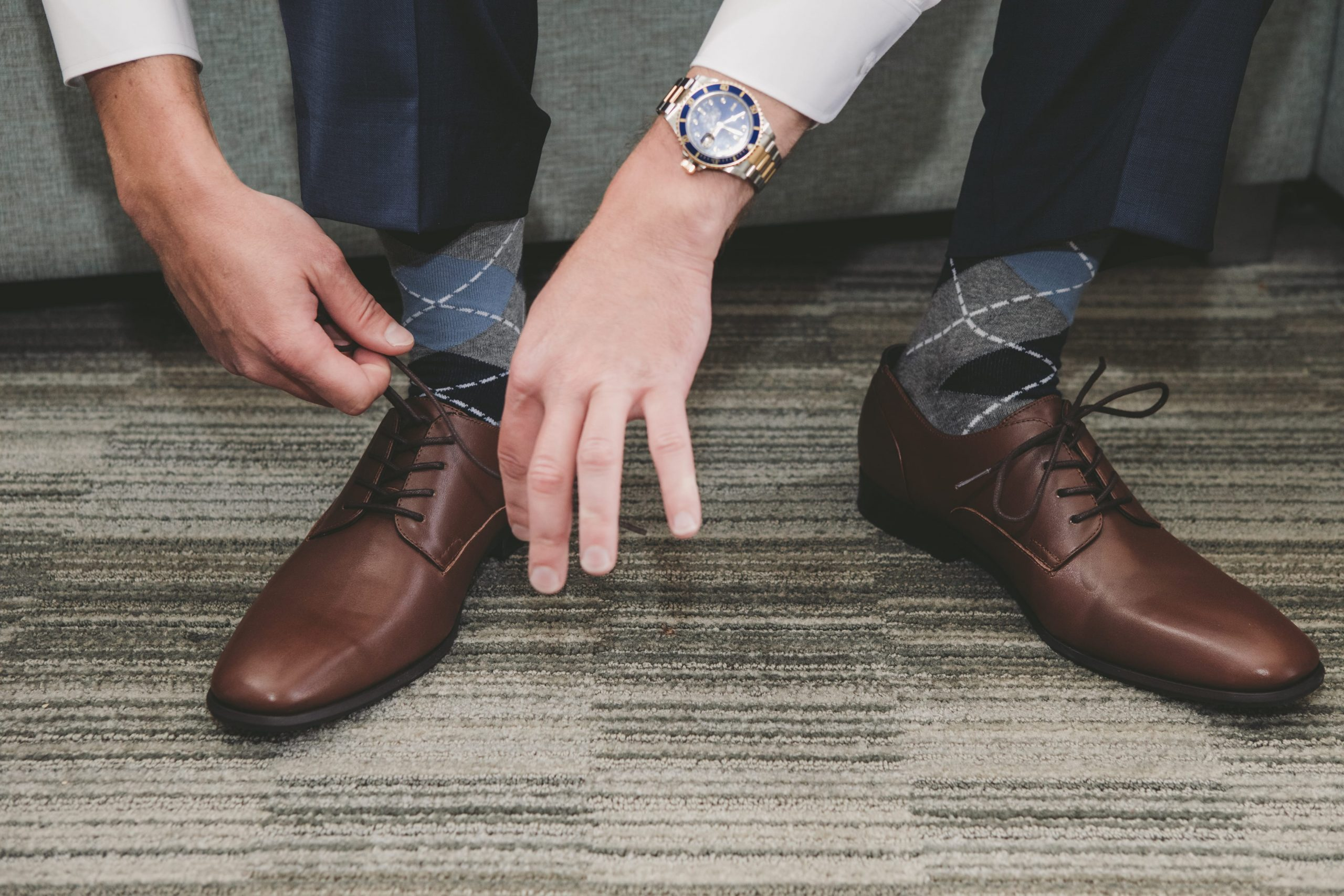 groom tying laces