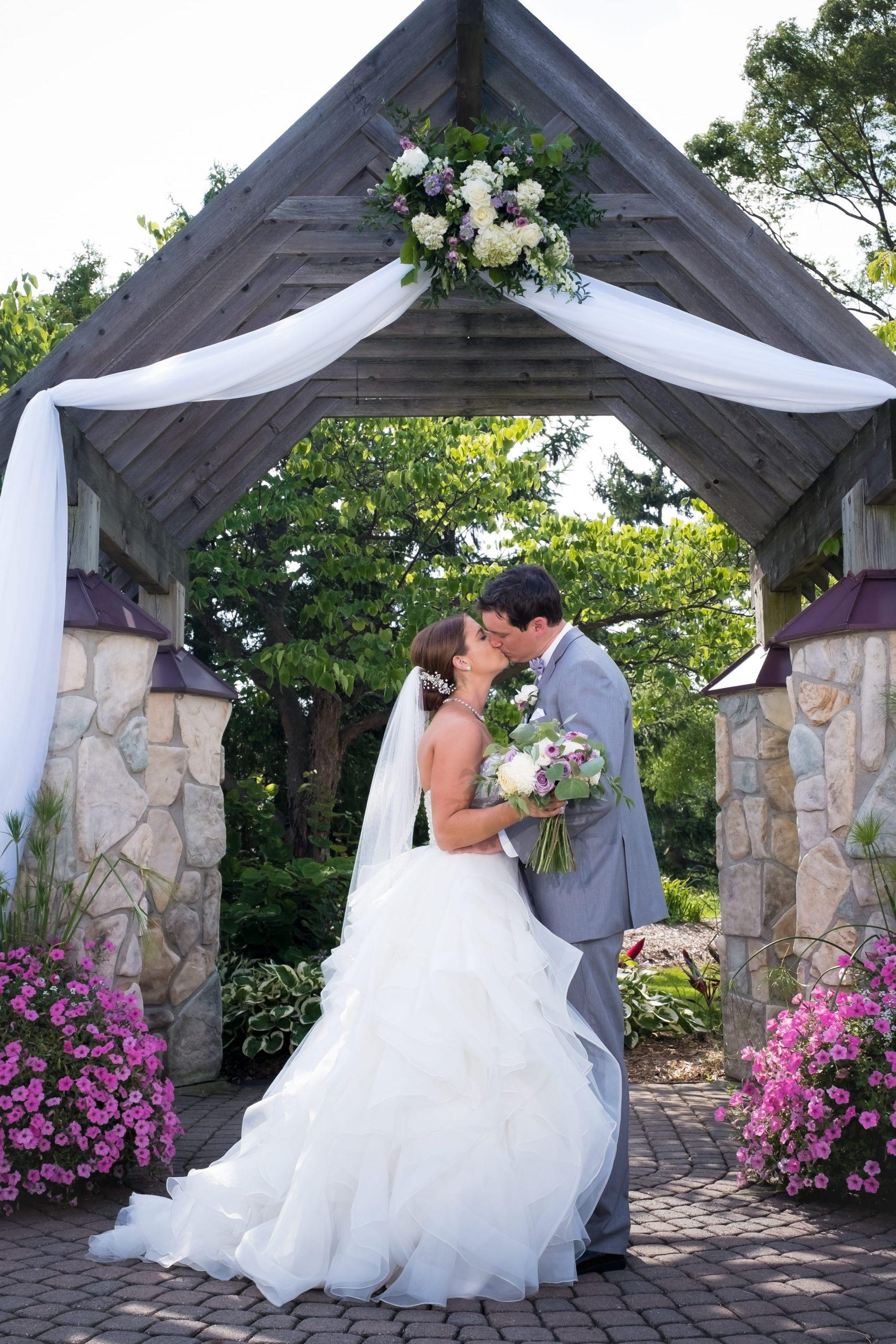 bride and groom kissing at Glen Oaks