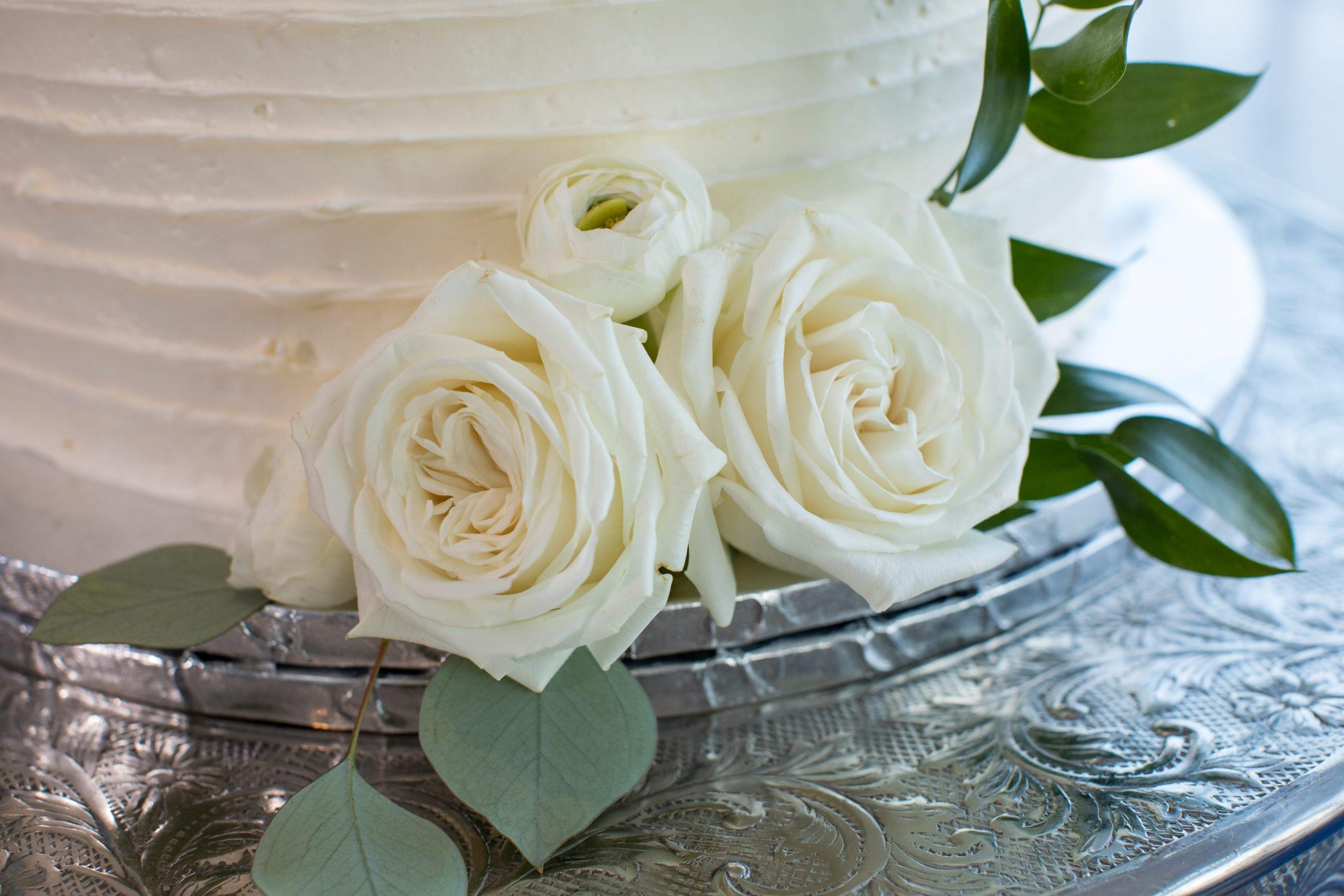 white roses on wedding cake