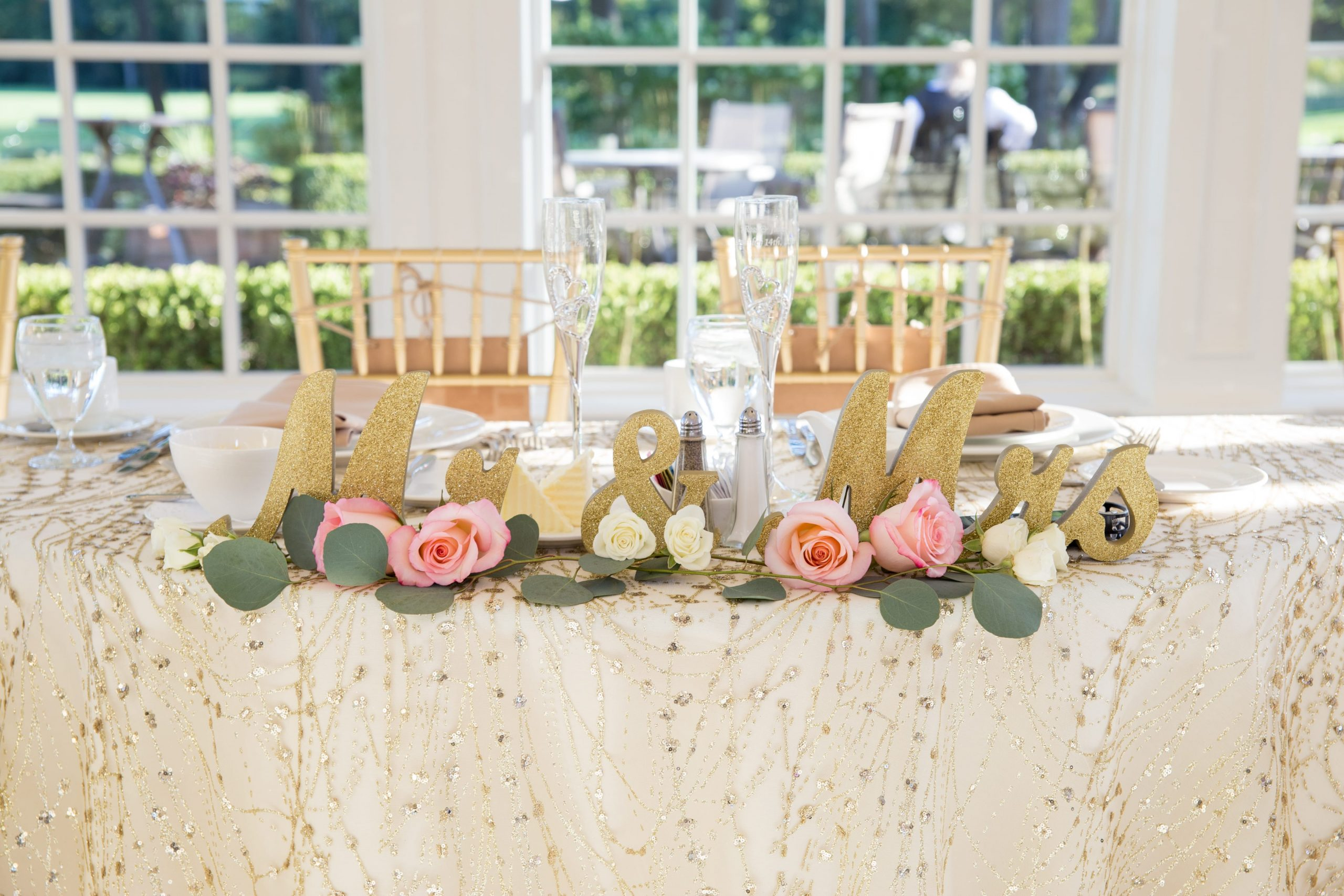 gold mr & mrs sign on sweetheart table